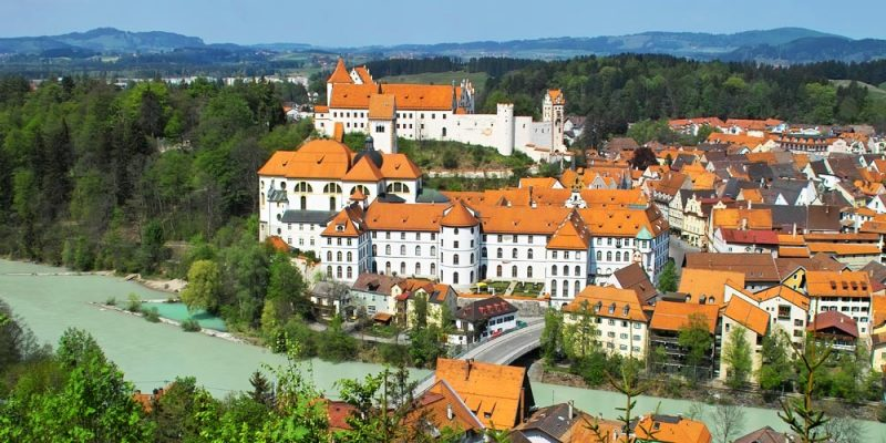 """Blick auf die Schmuckansicht von Füssen mit Benediktiner-Kloster, Basilika """"Sankt Mang"""" und dem """"Hohen Schloß"""""""
