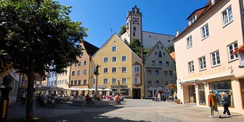 die Füssener Reichenstraße mit Stadtbrunnen