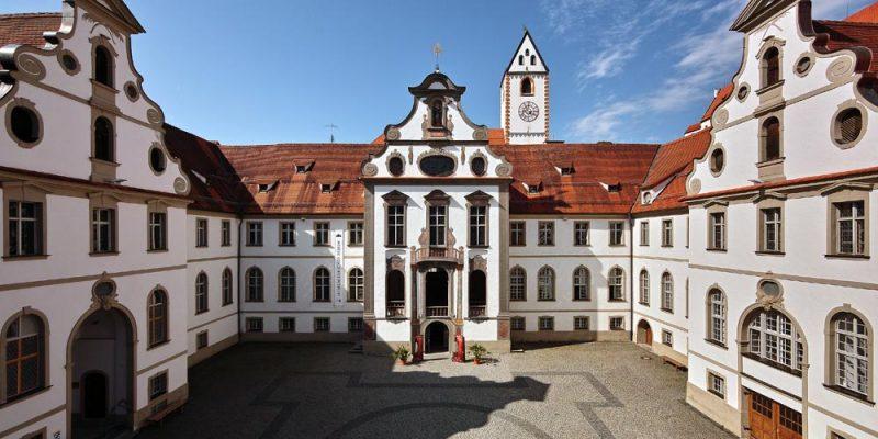 der Innenhof des Füssener Rathauses mit Eingang zum Museum