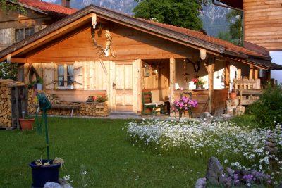 unser Holzgarternhaus mit Grillplatz